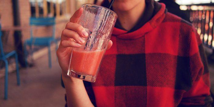 adolescente bebendo suco