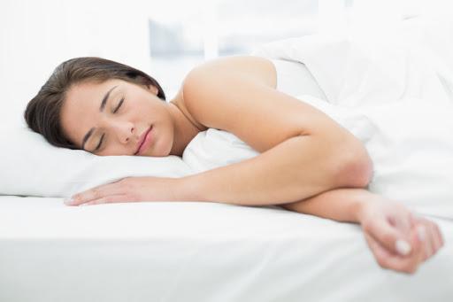 Mudar hábitos e emagrecer de vez: mulher dormindo
