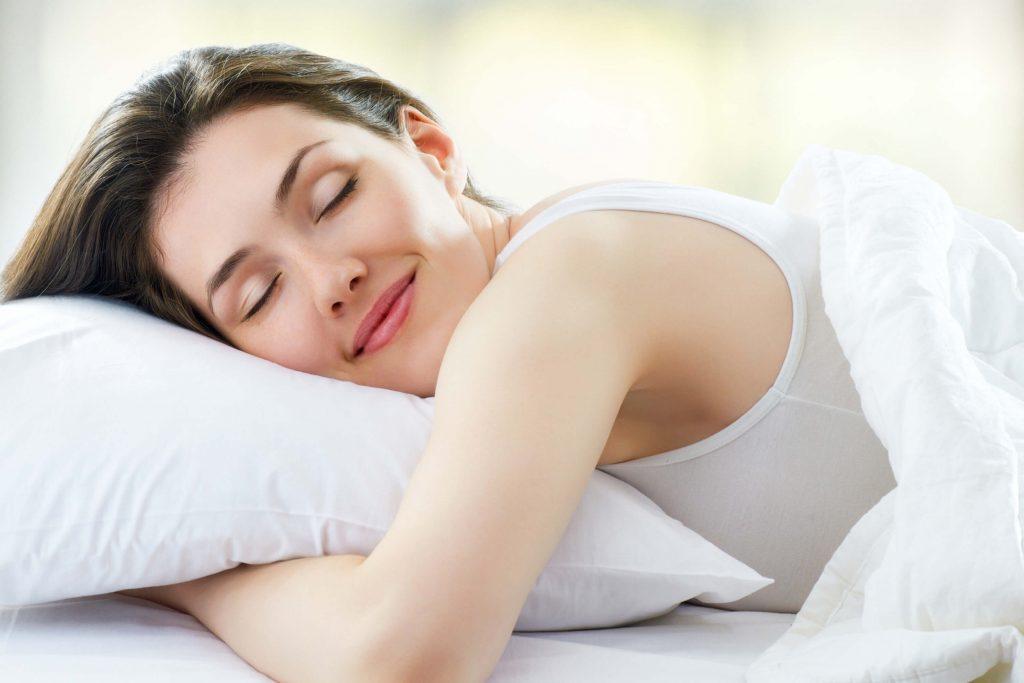 mulher dormindo é ótimo para a dieta anti-stress