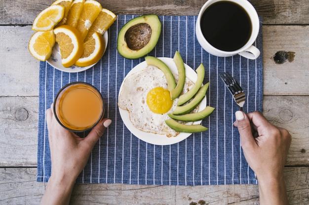 café da manhã com proteínas