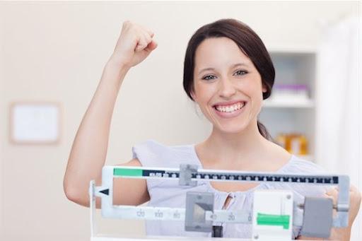 mulher feliz se pesando