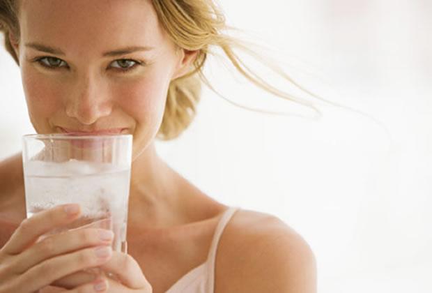 Tomar líquido durante as refeições