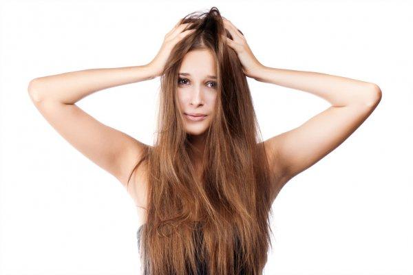 Pessoa com couro cabeludo irritado