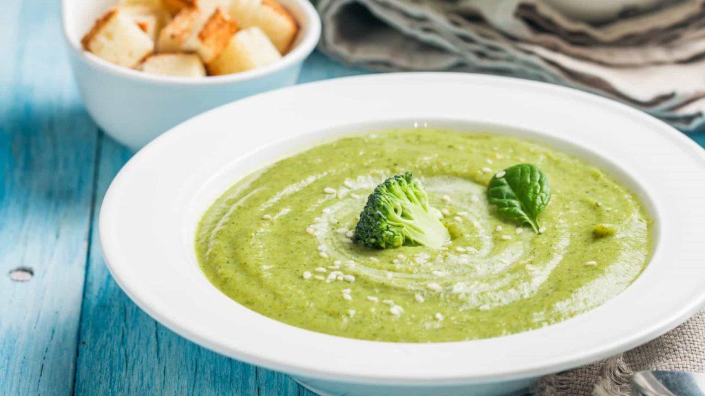 Sopa de brócolis e espinafres
