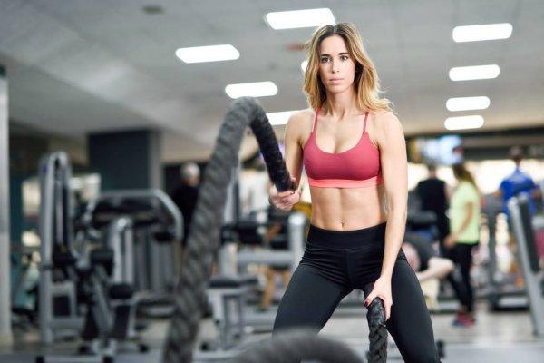 Pessoa fit praticando exercício
